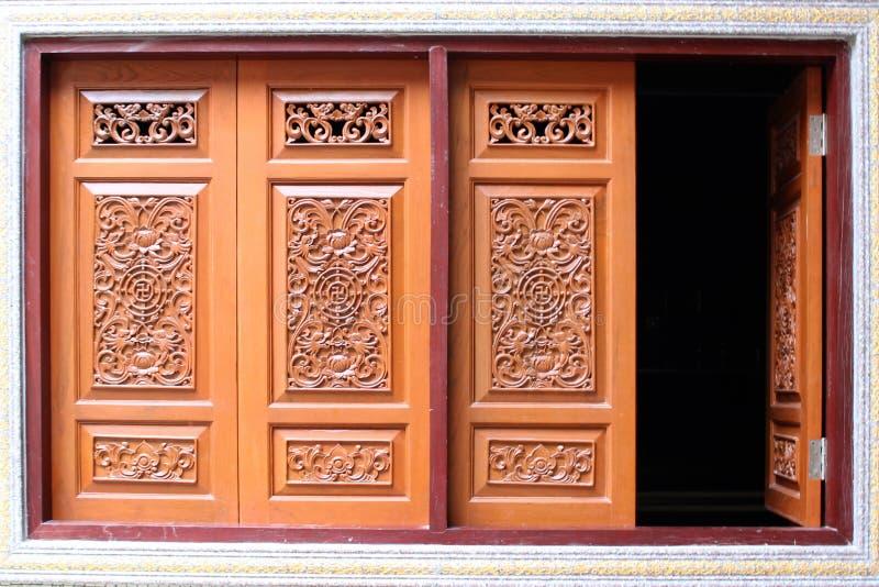 Nadokienny drewniany rzeźbiący dom, Chiński styl w Tajlandia fotografia stock