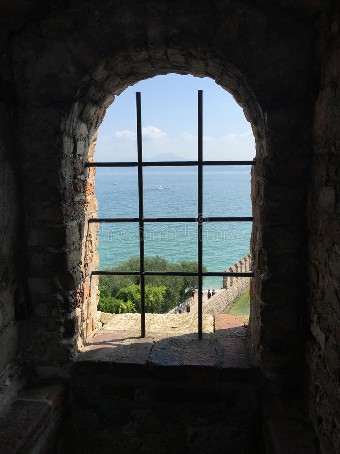 Nadokienny widok Jeziorny Garda obrazy stock