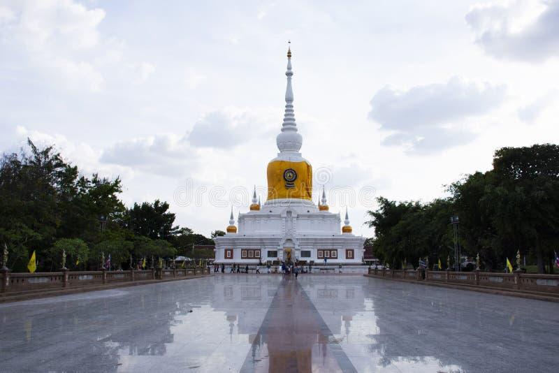 Nadoon Chedi或Na催讨泰国人的塔的Phra在玛哈Sarakham,泰国移动祈祷在Mahasarakham市的尊敬 免版税图库摄影