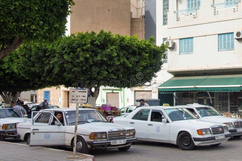 NADOR, MAROC - 22 MAI 2017 : Voitures de taxi locales du centre de Nador De telles voitures sont utilisées au Maroc pour de longs image stock