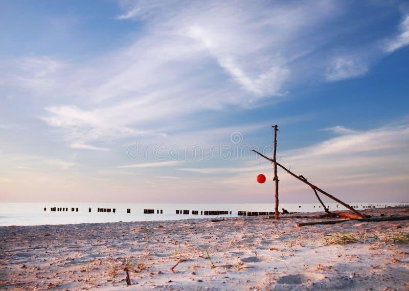 Nadrealistyczna plaża i niebieskie niebo w wieczór, miękki piasek fotografia stock