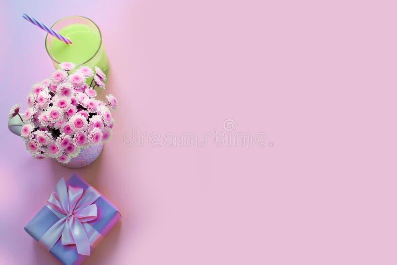 Nadrealizmu składu Dekoracyjnego mieszkania nieatutowy set rzecz kwiatów pachnidła koktajlu prezenta Odgórnego widoku kopii przes obraz royalty free