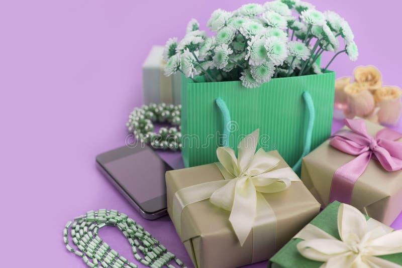 Nadrealizmu składu Dekoracyjni pudełka z prezentami kwitną women&-x27; s biżuterii zakupy wakacyjny błękitny tło fotografia stock