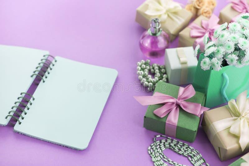 Nadrealizmu składu Dekoracyjni pudełka z prezentami kwitną women& x27; s biżuterii zakupy wakacyjny błękitny tło obrazy royalty free