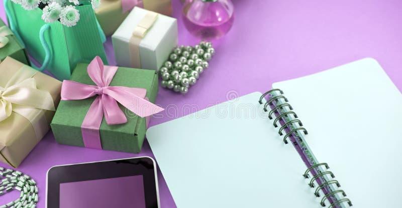 Nadrealizmu sztandaru składu Dekoracyjni pudełka z prezentami kwitną women&-x27; s biżuterii zakupy wakacyjny błękitny tło zdjęcie royalty free