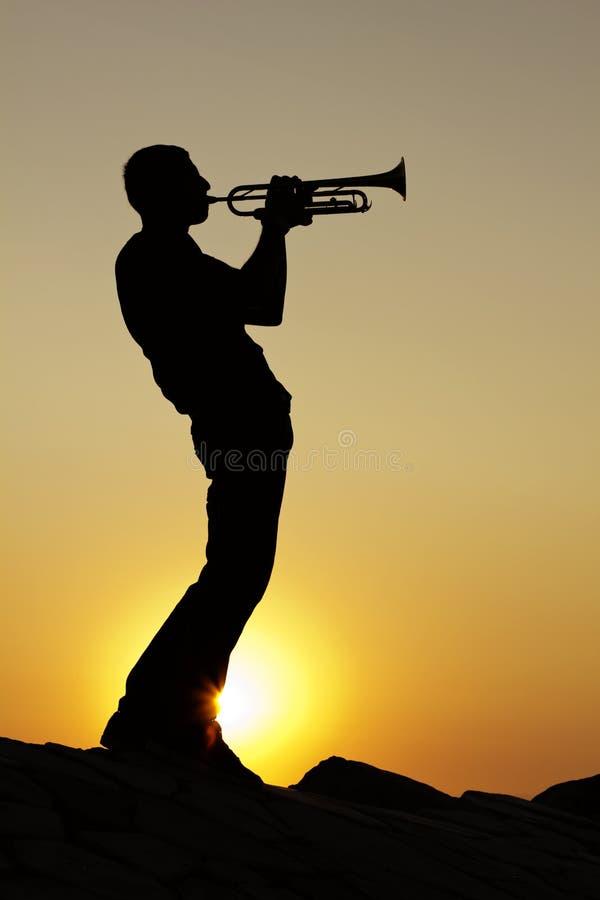 Nadruk op de vinger van de saxofoonspeler stock afbeeldingen