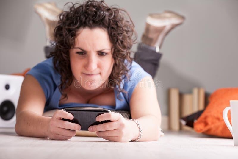 Nadruk op mobiele telefoon van een boze vrouw stock foto's