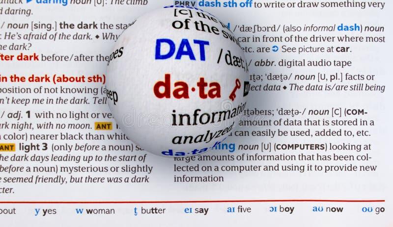 Nadruk op woordgegevens door een glasbol te overdrijven stock foto's