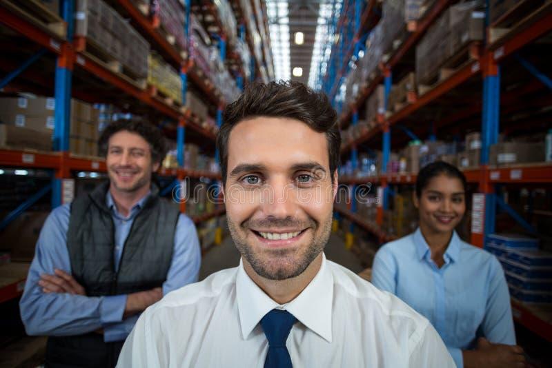 Nadruk van gelukkig manager stellend gezicht aan de camera met zijn collega's royalty-vrije stock foto