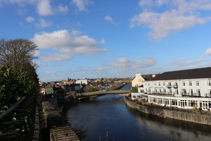 Nadrzeczny widok Kilkenny kasztelu most i miasteczko zdjęcia stock