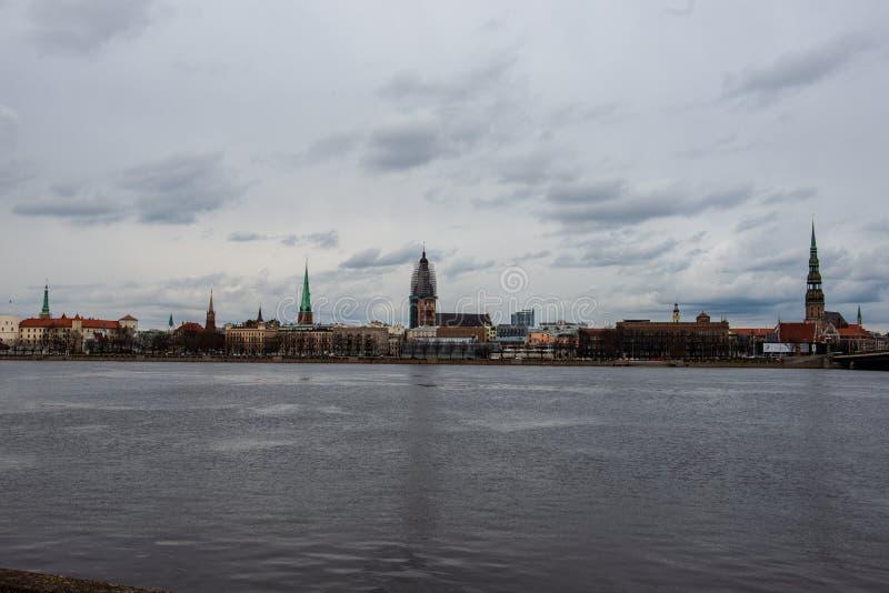 nadrzeczny widok stary centrum miasta Ryski, Latvia fotografia royalty free