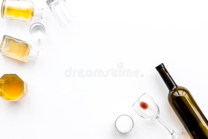 nadużycia afektów alkoholu równowagi kaprawej butelki móżdżkowa koordynaci ospałość pijąca przyglądającą się po mienia przyglądaj zdjęcie stock