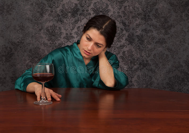 nadużycia afektów alkoholu równowagi kaprawej butelki móżdżkowa koordynaci ospałość pijąca przyglądającą się po mienia przyglądaj obraz stock