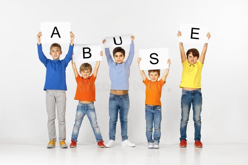 nadużycie Grupa dzieci z sztandary odizolowywający w bielu zdjęcie royalty free