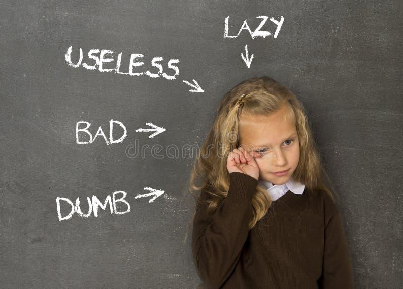 Nadużywam dyscyplinował uczennicy wskazującej jako gnuśny niemy zły bezużyteczny na klasowym blackboard i obrazy royalty free