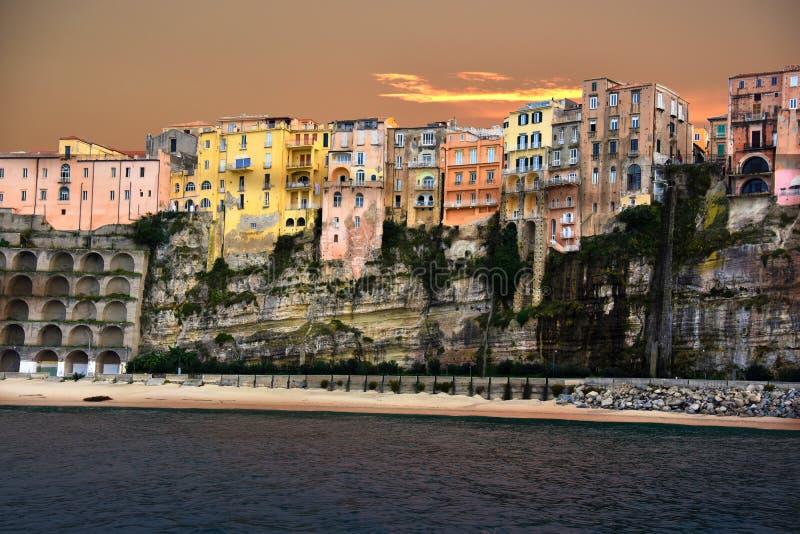 Nadwiesić domy z przegapiać przy nadbrzeżem w tropea, C obrazy royalty free