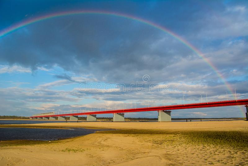 Nadym bro och regnbåge royaltyfri foto