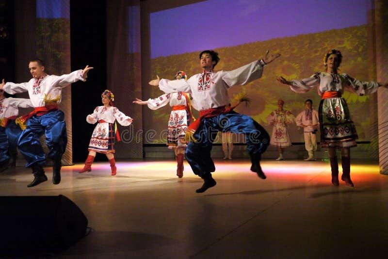 Nadym, Rusia - 7 de diciembre de 2012: Los bailarines desconocidos se realizan en macho imagen de archivo libre de regalías