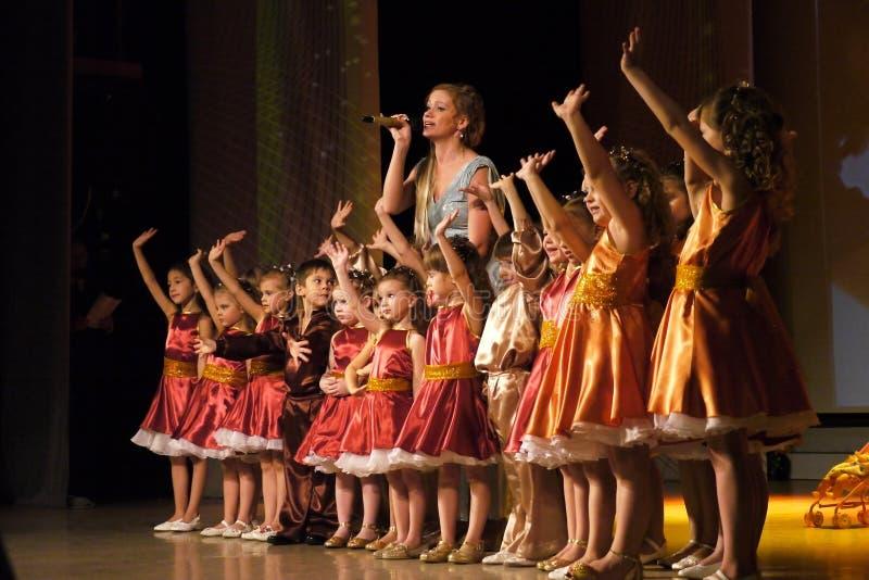 Nadym, Rusia - 7 de diciembre de 2012: Los bailarines desconocidos se realizan en macho fotos de archivo