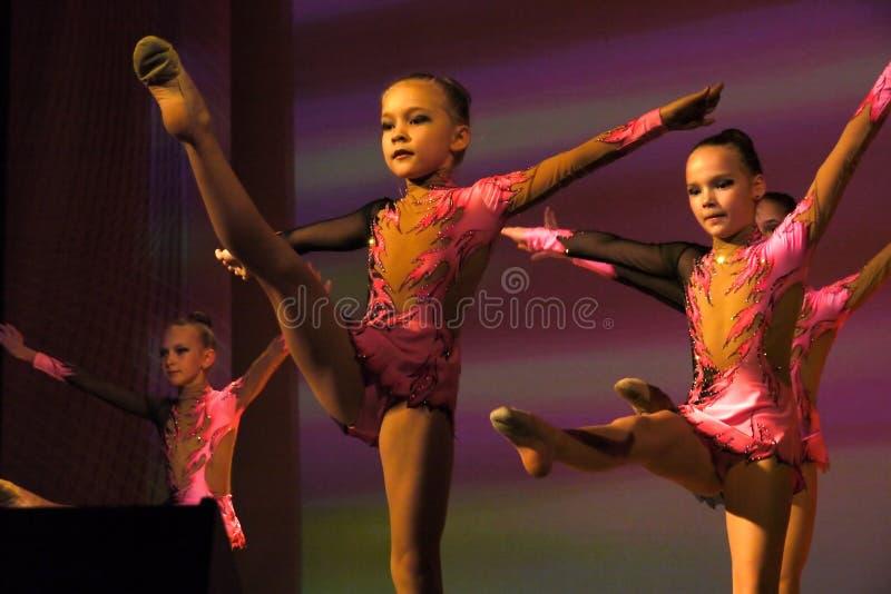 Nadym, Rusia - 7 de diciembre de 2012: Los gimnastas desconocidos de las muchachas se realizan imágenes de archivo libres de regalías