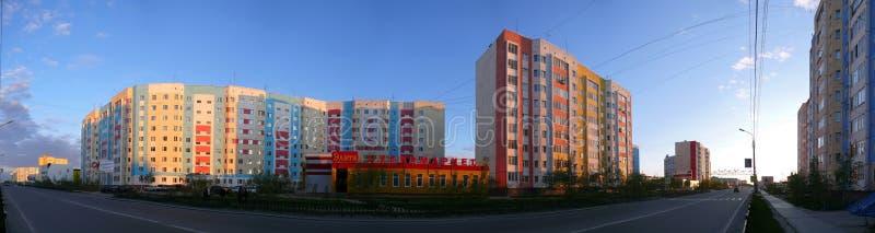 Nadym, Rusia - 10 de julio de 2008: el panorama El paisaje urbano fotos de archivo