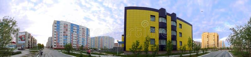 Nadym, Rusia - 10 de julio de 2008: el panorama El paisaje urbano imágenes de archivo libres de regalías