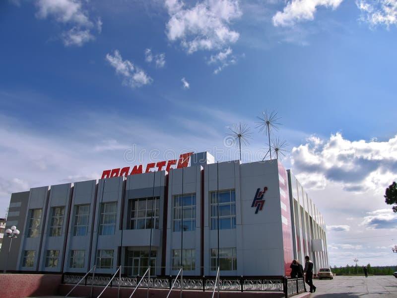 Nadym, Rusia - 22 de junio de 2005: Calle de la ciudad, edificio de oficinas imagen de archivo libre de regalías