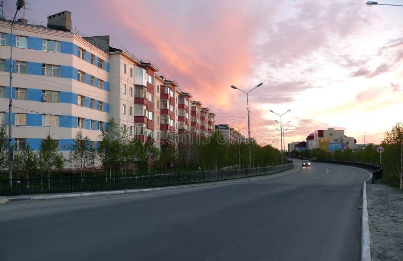 Nadym, Rusia - 20 de junio de 2008: el horizonte de la ciudad foto de archivo libre de regalías