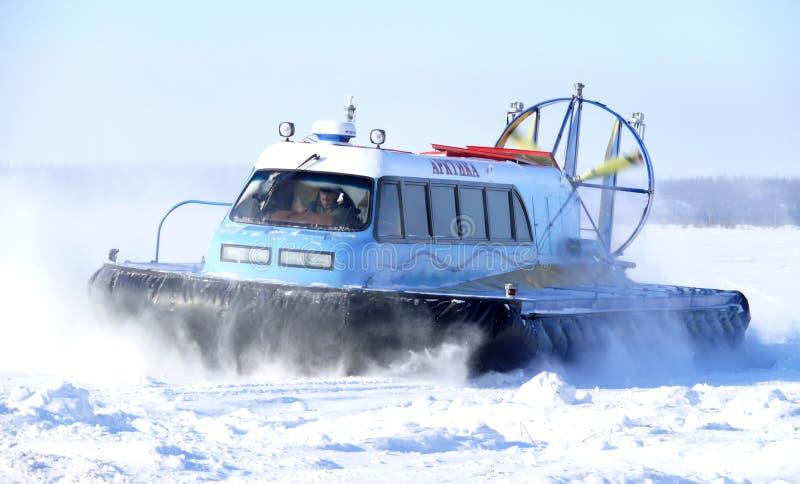 Nadym, Rusia - 15 de marzo de 2008: el goe soviético del ártico de la moto de nieve imagen de archivo libre de regalías