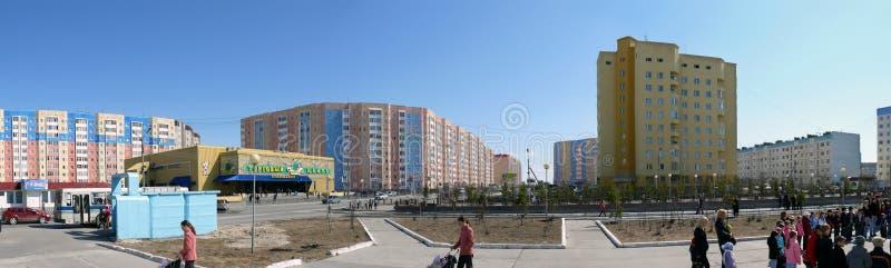 Nadym, Rusia - 17 de mayo de 2008: el panorama Paisaje urbano, unf foto de archivo