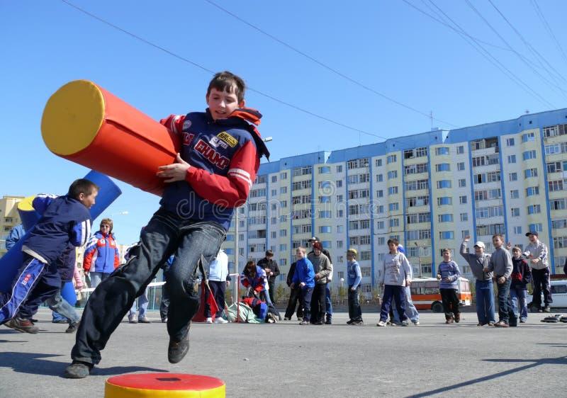 Nadym, Rusia - 17 de mayo de 2008: Las competencias de los niños en deporte imagen de archivo