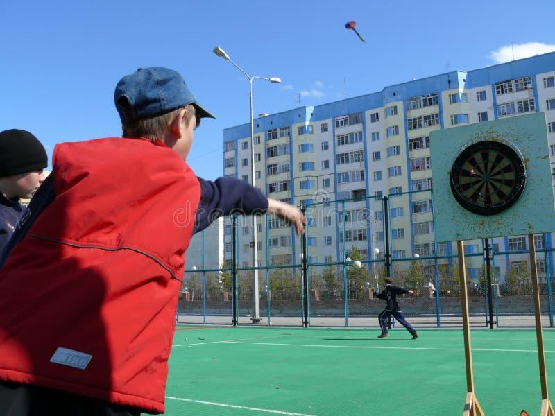 Nadym, Rusland - Mei 17, 2008: het Spel van Pijltjes Onbekende jongens royalty-vrije stock foto