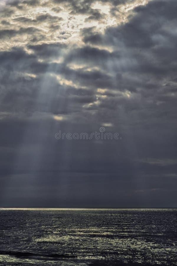 Nadziemscy promienie nad morzem zdjęcie stock