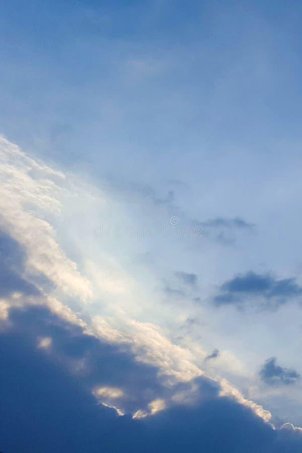 Nadziemski przyglądający kolorowy zmierzchu niebo zdjęcie royalty free