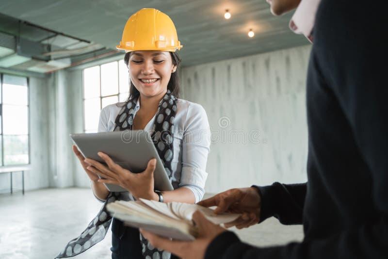 Nadzorca kobiety inżyniera spojrzenie majątkowy pojęcie projekt na pastylce cyfrowej obraz stock
