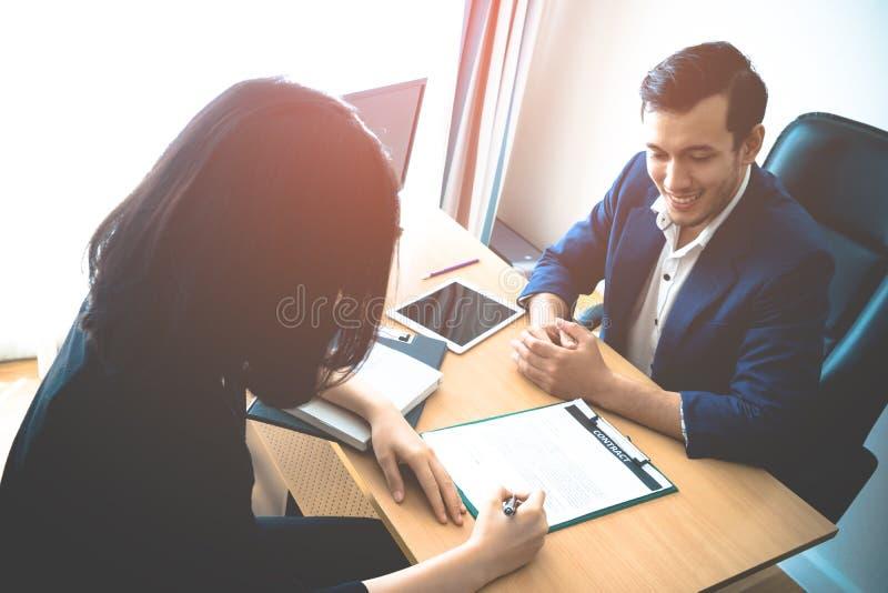 Nadzorca ono uśmiecha się między pracą przeprowadza wywiad żeńskiego pracownika obraz royalty free