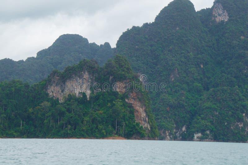 Nadzwyczajne wapień góry na jeziornym brzeg obraz royalty free