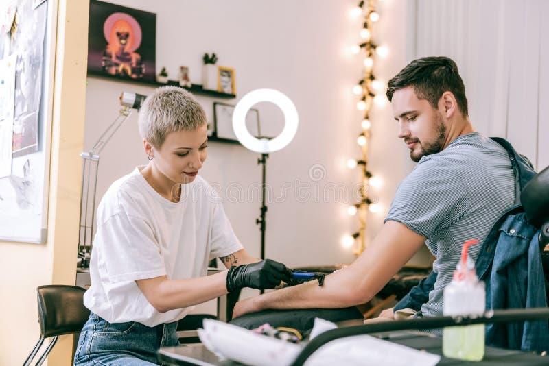 Nadzwyczajny z włosami tatuażu mistrz goli z włosy od ręki fotografia stock