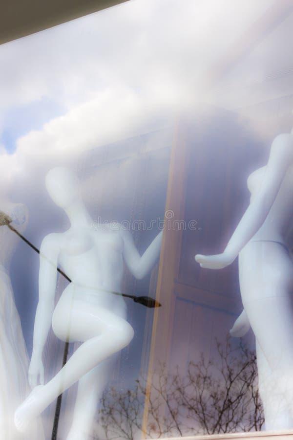 Nadzy żeńscy manequines przy zakupy okno obraz stock
