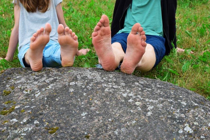 Nadzy cieki dziewczyna i chłopiec na skale obrazy stock