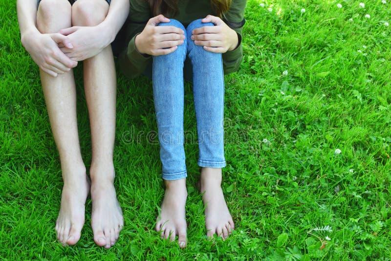 Nadzy cieki i nogi w trawie obrazy royalty free