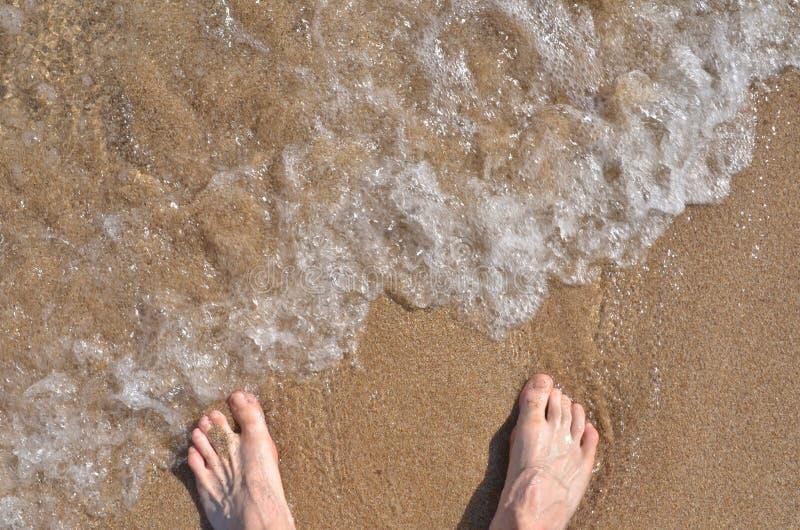 Nadzy cieki zbliżają wodę morską zdjęcia royalty free