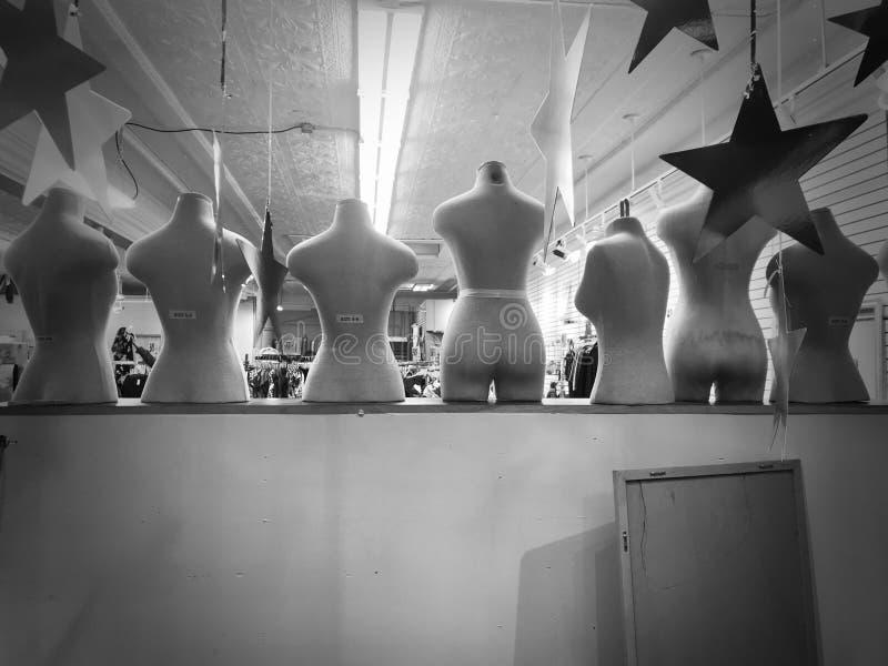 Nadzy Mannequins w witryny sklepowej okno obraz stock