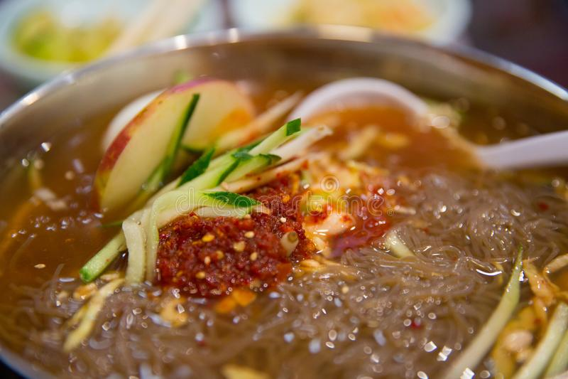 Naengmyeon, κατεψυγμένη σούπα νουντλς φαγόπυρου, κορεατικά κρύα νουντλς στοκ εικόνες