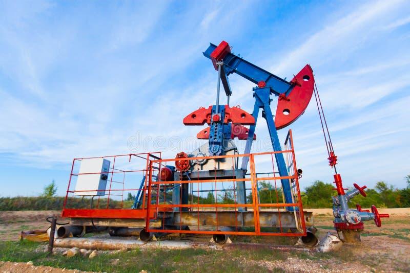 Nafciana pompa, przemysłowy wyposażenie Pola naftowego miejsce, nafciane pompy biega Kołysać maszyny dla produkci ropy naftowej w obraz stock