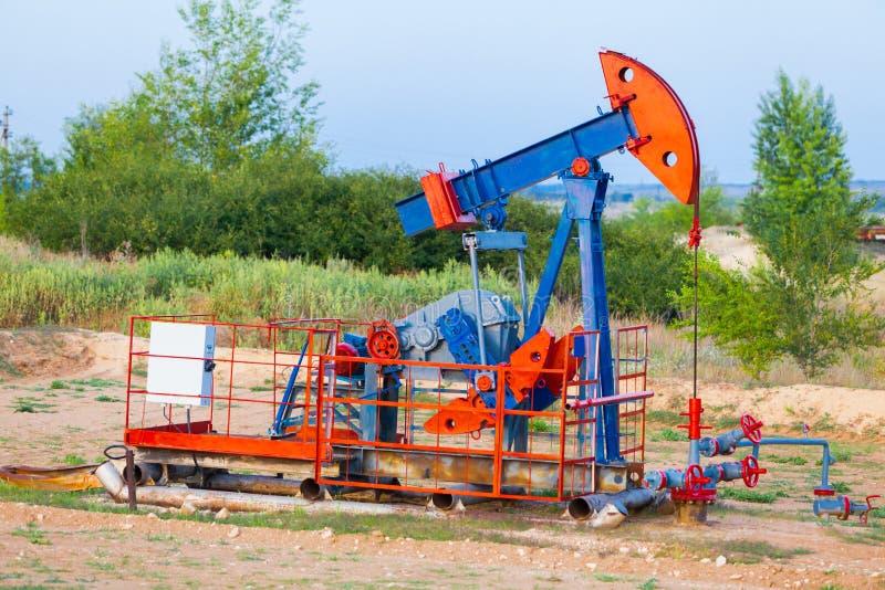 Nafciana pompa, przemysłowy wyposażenie Pola naftowego miejsce, nafciane pompy biega Kołysać maszyny dla produkci ropy naftowej w obrazy royalty free