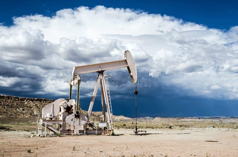 Nafciana pompa w pustynia krajobrazie z zmrokiem chmurnieje wyłaniać się w tle zdjęcie royalty free