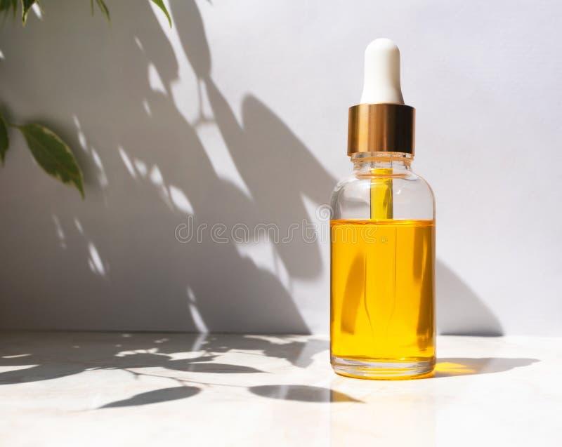 Nafciana serum esencja w szklanej butelce Pojęcie naturalny kosmetyk, modna piękno opieka zdjęcie stock