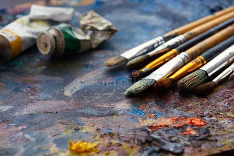 Nafciane farby i farb muśnięcia na palecie obrazy royalty free
