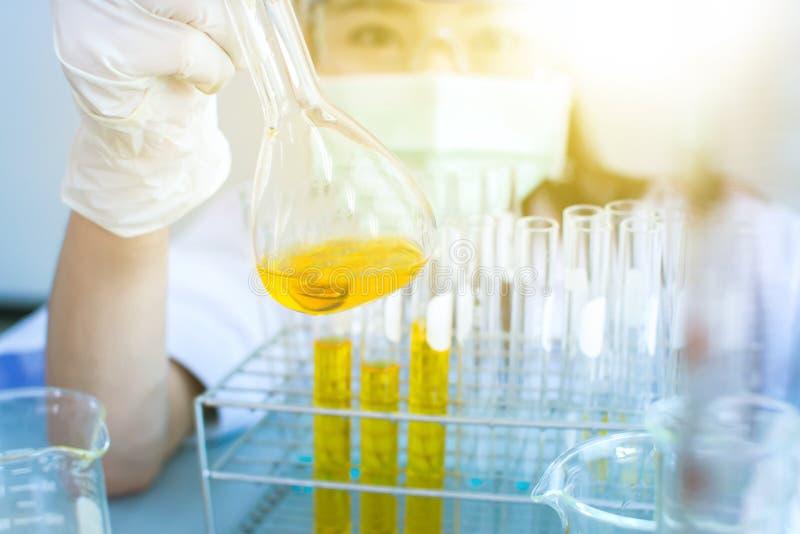 Nafciany dolewanie, Formułujący substancję chemiczną dla medycyny, laboratorium badanie, opuszcza ciecz próbna tubka zdjęcia royalty free